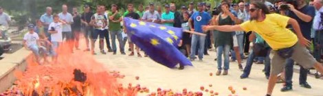 Peach Protest: Spanish burn EU flag over Russia sanctions (VIDEO)