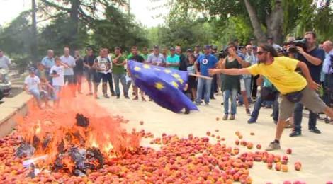 Peach Protest: Spanish burn EU flag over Russia sanctions (VIDEO)